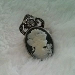 Jewelry - Stunning ring with rhinestones